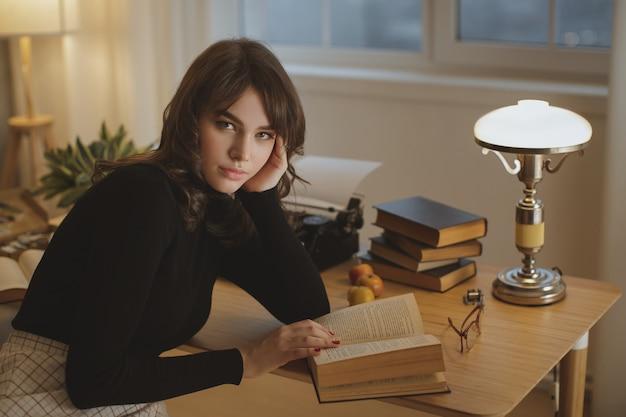 Kobieta czytająca książkę w domu