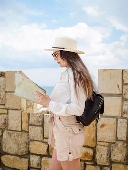 Kobieta czytająca mapę