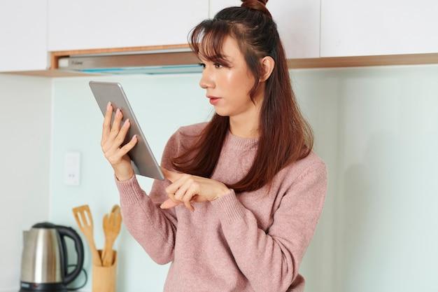 Kobieta czytająca nowe online