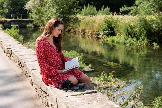 Kobieta czytająca podczas samotnej podróży