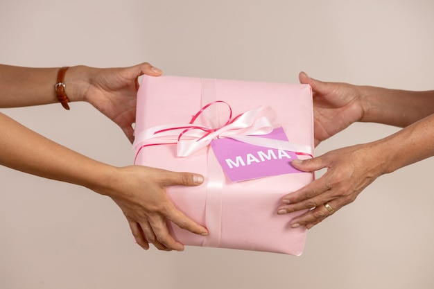 Kobieta daje prezentowi jej matka