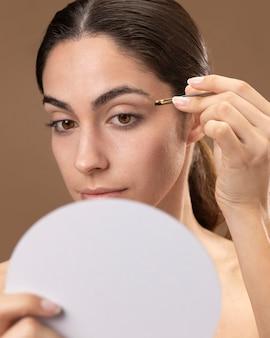 Kobieta dbająca o brwi