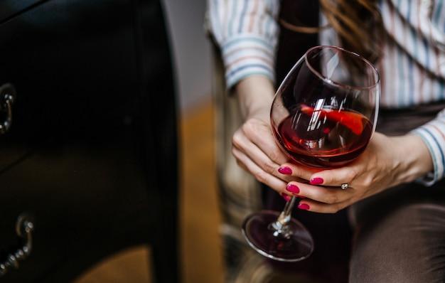 Kobieta degustacja wina
