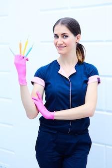 Kobieta dentysta z narzędziami stomatologicznymi