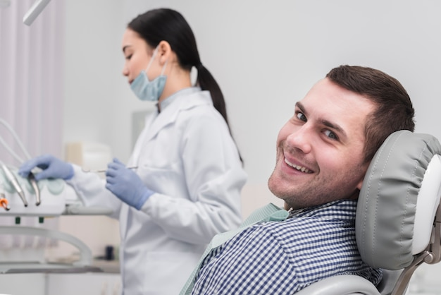 Kobieta dentysta z pacjentem