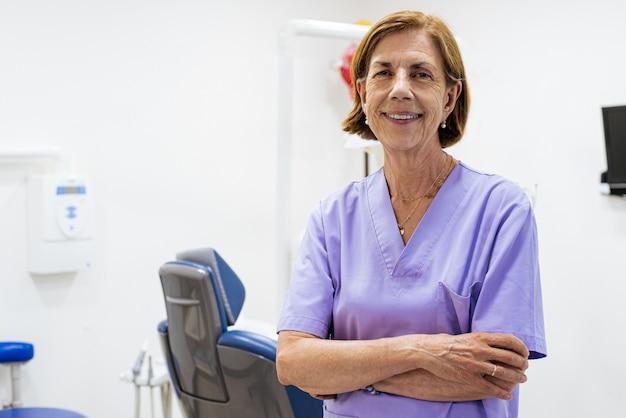 Kobieta dentysty w pracy