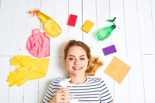 Kobieta detergent szmaty gąbki jasne tło
