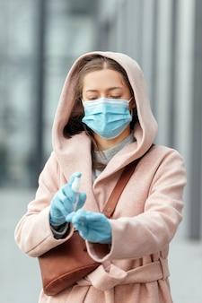 Kobieta dezynfekująca ręce środkiem dezynfekującym