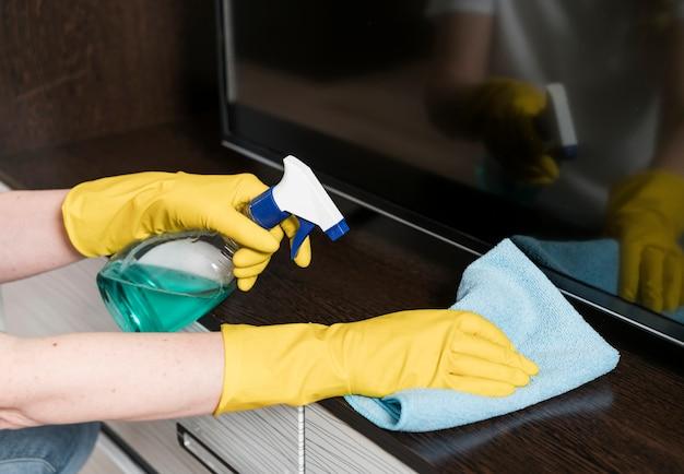 Kobieta do czyszczenia mebli