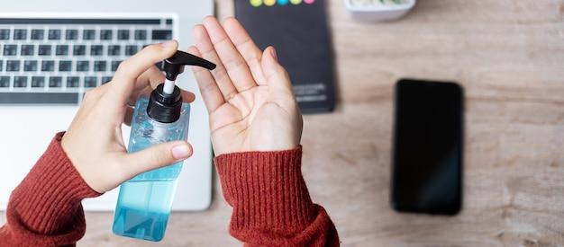 Kobieta do czyszczenia rąk z dezynfekcji
