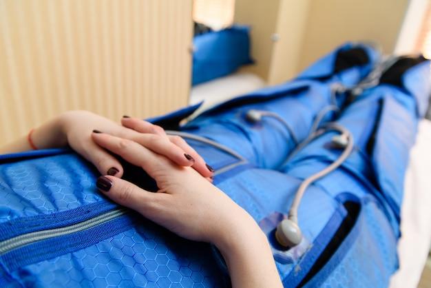 Kobieta do masażu próżniowego. kosmetyka.