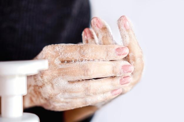 Kobieta do mycia rąk mydłem