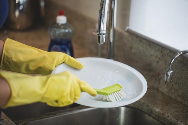 Kobieta do mycia w kuchni