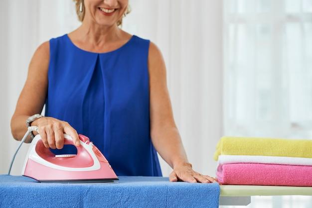 Kobieta do prasowania ręczników