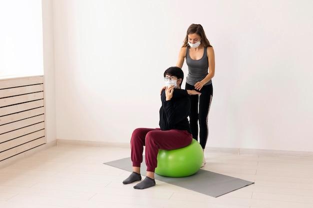 Kobieta dochodząca do siebie po covid na piłce fitness