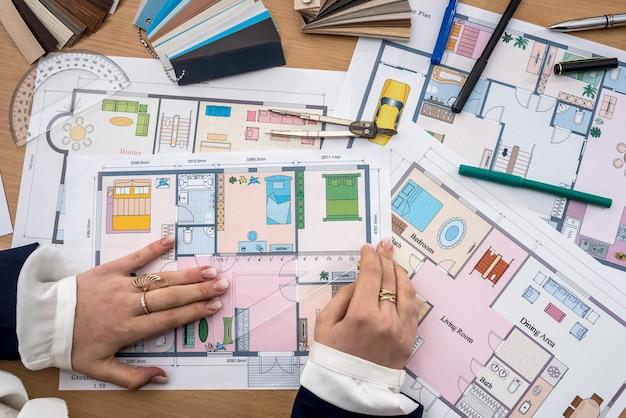 Kobieta dokonuje pomiarów projektu domu