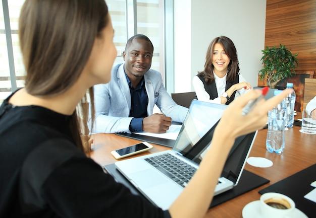 Kobieta dokonywania prezentacji biznesowych dla grupy