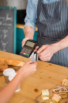 Kobieta dokonywanie płatności za pomocą karty kredytowej