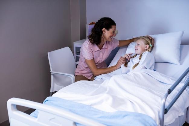 Kobieta doktorski pocieszający pacjent podczas wizyty w oddziale