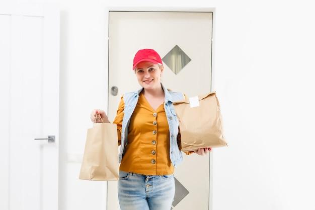 Kobieta dostarczająca jedzenie do domu