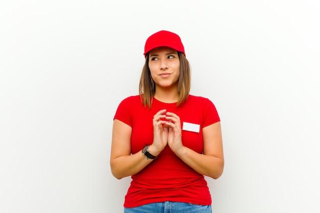 Kobieta dostawy czuje się dumna, psotna i arogancka podczas planowania złego planu lub wymyślania sztuczki przeciwko białym