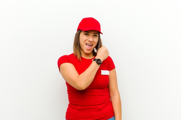 Kobieta dostawy czuje się szczęśliwa, pozytywna i odnosząca sukcesy, zmotywowana do podjęcia wyzwania lub świętowania dobrych wyników na biało