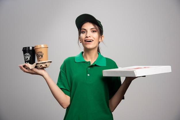 Kobieta dostawy dając klientowi pudełko po pizzy