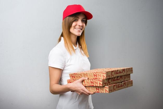 Kobieta dostawy pizzy na teksturowanej tło