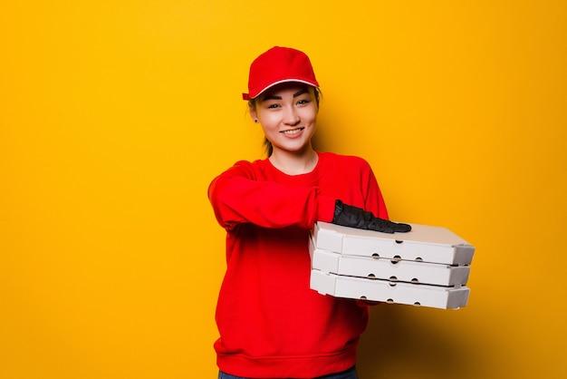 Kobieta dostawy pizzy posiadająca trzy pola na białym tle