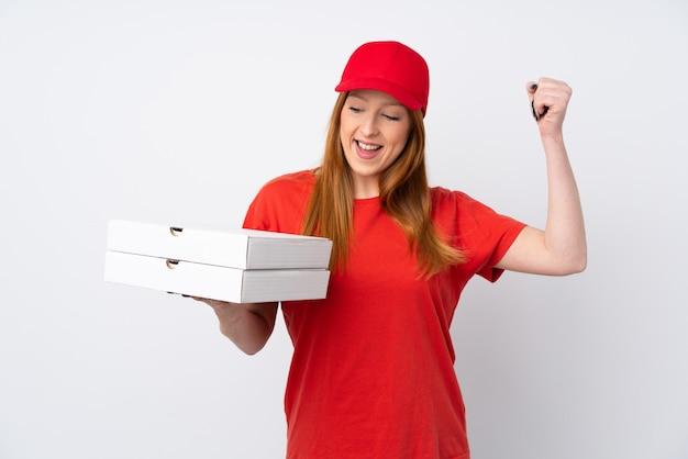 Kobieta dostawy pizzy trzyma pizzę na pojedyncze ściany różowy świętuje zwycięstwo