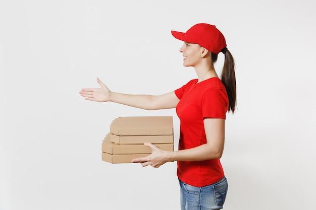 Kobieta dostawy w czerwonej czapce, t-shirt, dając pudła pizzy zamówienia żywności na białym tle. kurierka stojąca z wyciągniętą ręką na powitanie, trzymając włoską pizzę w kartonowym pudełku.