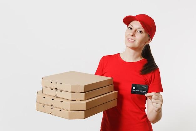 Kobieta dostawy w czerwonej czapce, t-shirt, dając zamówienie włoskiej pizzy jedzenie w pudełkach kartonowych flatbox na białym tle. pizzaman kobieta pracuje jako kurier posiadający kartę kredytową. koncepcja usługi.