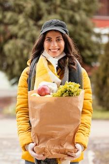Kobieta dostawy z pakietem żywności