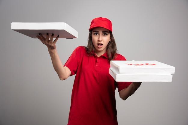 Kobieta dostawy z zamówieniami pizzy.