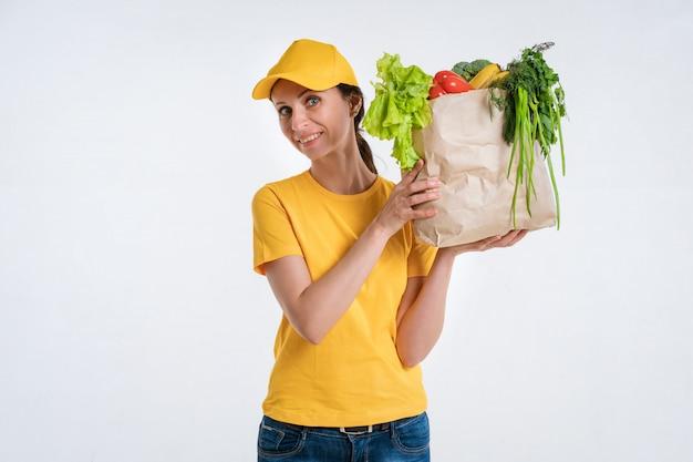 Kobieta dostawy żywności pracownik z pakietem żywności