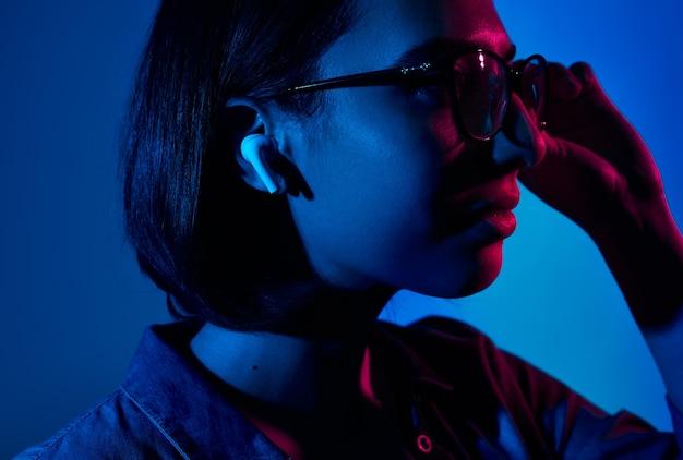 Kobieta dostosowując okulary i słuchając muzyki