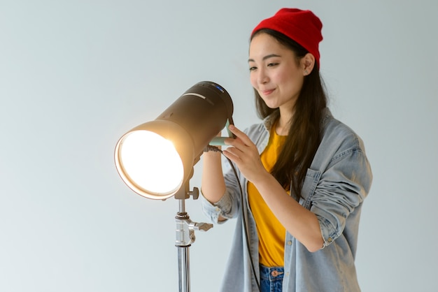 Kobieta dostosowuje światło