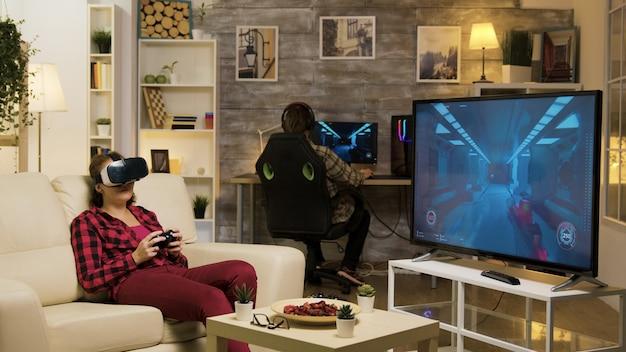 Kobieta doświadczająca wirtualnej rzeczywistości podczas grania w gry wideo za pomocą zestawu słuchawkowego vr. koniec gry dla kobiet-graczy.