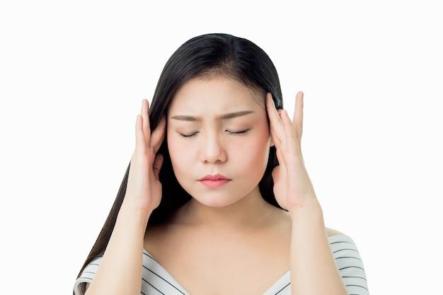 Kobieta dotyka jej głowy, aby pokazać jej ból głowy.