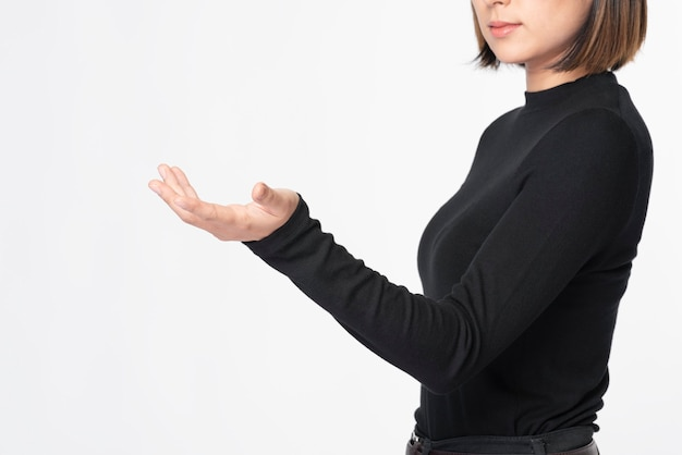 Kobieta dotyka niewidzialnej technologii przyszłości ekranu