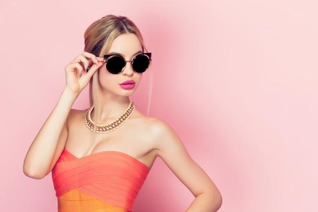 Kobieta dotyka okulary przeciwsłoneczne