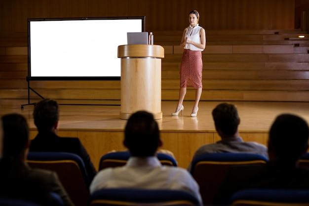 Kobieta dyrektor wykonawczy daje prezentacji