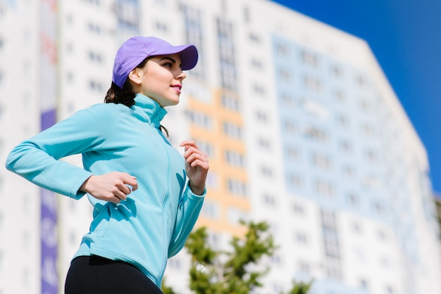 Kobieta działa lub jogging na ulicy