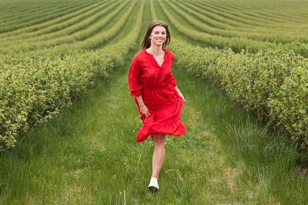 Kobieta działa w polu