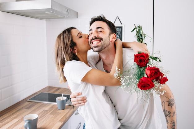 Kobieta dziękuje mężczyzna dla kwiatów
