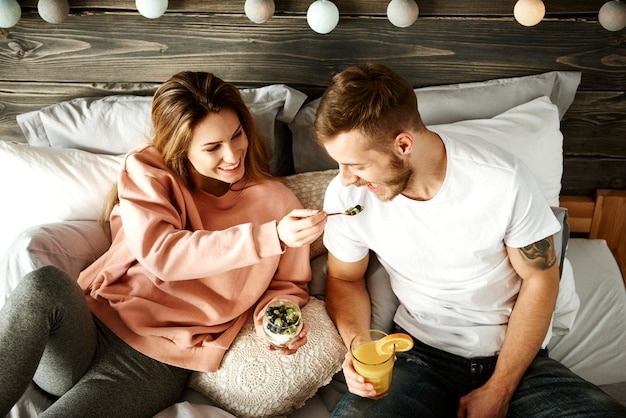 Kobieta dzieląca śniadanie z mężczyzną