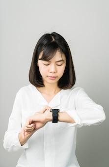 Kobieta ekran dotykowy cyfrowy zegar na wyświetlaczu i postęp technologii w komunikacji.