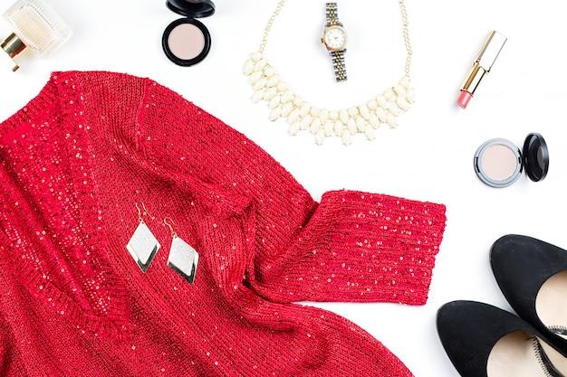 Kobieta elegancka czerwona cekinowa sukienka, biżuteria, produkty do makijażu i czarne szpilki. leżał płasko
