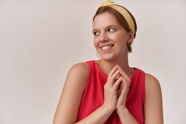 Kobieta emocja niegrzeczny wesoły flirt z naturalnym makijażem ubrany w stylową modną czerwoną sukienkę i żółtą bandanę pozującą