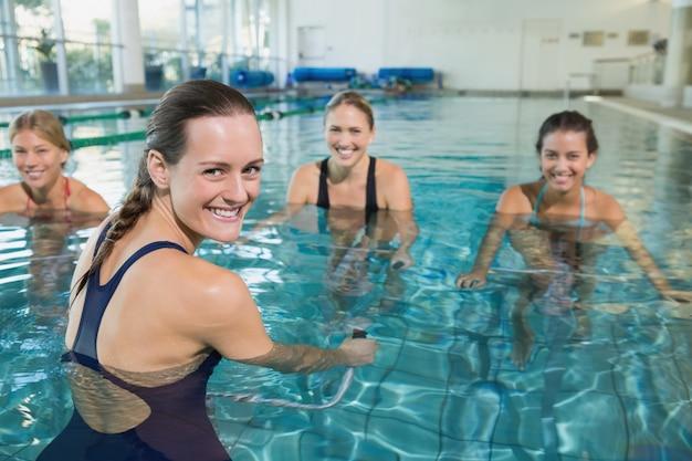 Kobieta fitness klasy robi aqua aerobik na rowery treningowe